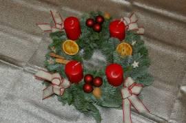 Adventskranz rot Kugeln und Orangen - Bild vergrößern