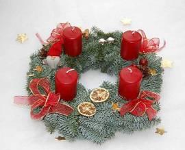 Adventskranz in rot mit kleinem Wichtel - Bild vergrößern